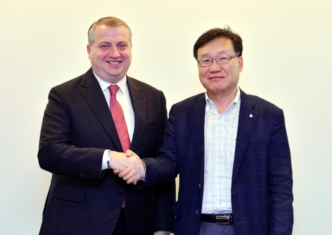 David-Pierre Jalicon, the chairman of the French Korean Chamber of Commerce and Industry, poses with Herald Corporation Chief Executive Officer Kwon Chung-won at the company headquarters in Seoul last week. (Park Hyun-koo/The Korea Herald)