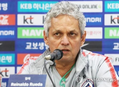 Chile national football team head coach Reinaldo Rueda speaks at a press conference at Suwon World Cup Stadium in Suwon, south of Seoul, on Sept. 10, 2018, one day ahead of a friendly football match between South Korea and Chile. (Yonhap)