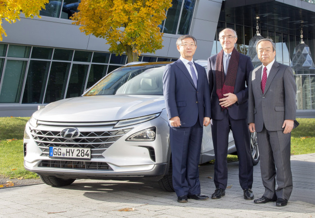 Hyundai Motor Vice Chairman Yang Woong-chul (left)stands besideNEXO, the carmaker's latest fuel cell electric vehicle powered by hydrogen. (Hyundai Motor)