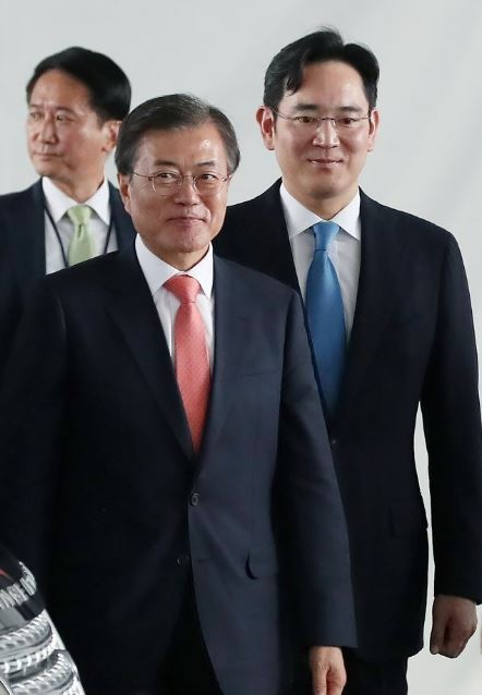 President Moon Jae-in, accompanied by Samsung heir Lee Jae-yong, visits Samsung`s Noida smartphone plant during his state visit to India in July. (Yonhap)