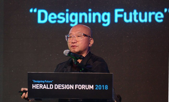 Installation artist Choi Jeong-hwa speaks at the Herald Design Forum 2018 at Dongdaemun Design Plaza in Seoul, Saturday. (Lee Sang-sub / The Korea Herald)