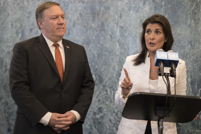 U. S. Secretary of State Mike Pompeo, left, and American Ambassador to the United Nations Nikki Haley speak to reporters at United Nations headquarters. (Yonhap)