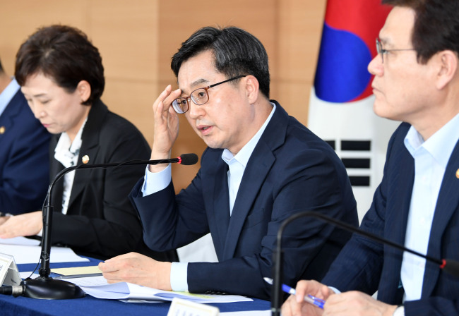 Deputy Prime Minister and Finance Minister Kim Dong-yeon (center) on Thursday briefs on the government's additional measures to stabilize the domestic real estate market. (Yonhap)