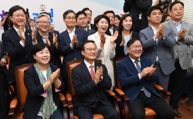 Lawmakers of the ruling Democratic Party respond as they watch President Moon Jae-in arriving in Pyongyang on live television at the National Assembly on Tuesday (Yonhap)