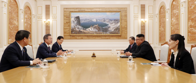 South Korean President Moon Jae-in (second from left) and North Korean leader Kim Jong-un (second from right) hold inter-Korean summit in Pyongyang on Tuesday. From far left: National Intelligence Service chief Suh Hoon, Moon Jae-in, National Security Office chief Chung Eui-yong, vice-chairman of the central committee of the North's workers' party Kim Yong-chol, Kim Jong-un and his sister Kim Yo-jong. (Joint Press Corp.)