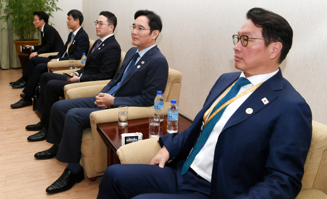 From right to left: SK Chairman Chey Tae-won, Samsung Vice Chairman Lee Jae-yong, LG Chairman Koo Kwang-mo, and etc, sitting in a room at People's Culture Palace in Pyongyang on Tuesday. (Joint Press Corp)