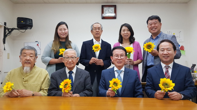 From left in first row: Bae Joong-do, chairman of Seikyu-sha; Hiro-o Sekida, president of the Kawasaki Network of Citizens Against Hate Speech; Min Byoung-chul, chairman of the Sunfull Internet Peace Movement; and Min Byung-do, president of Scout Co. (Sunfull Foundation)