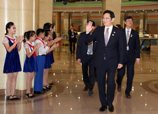 Samsung heir Lee Jae-yong walks into Mangyongdae Children's Palace in Pyongyang on Wednesday. (Yonhap)