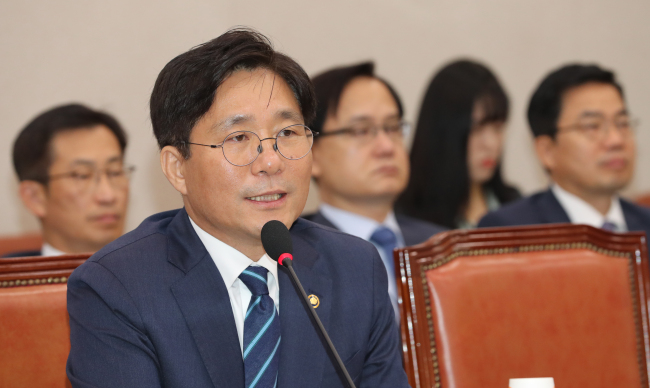 Minister of trade, industry and energy nominee Sung Yun-mo answers lawmakers' questions at his confirmation hearing at the National Assembly on Wednesday. (Yonhap)