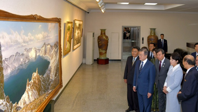 South Korea President Moon Jae-in (fourth from far right) and his wife Kim Jung-sook (second from far right) visit Mansudae Art Studio in Pyongyang, North Korea, on Wednesday (Yonhap)