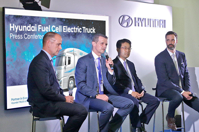 H2 Energy Chairman Rolf Huber (second from left) speaks at a press conference held on the sidelines of IAA Commercial Vehicles 2018 in Hanover. Next to Huber is Lee In-cheol, the executive vice president in charge of Hyundai Motor's commercial vehicle division. (Hyundai Motor)