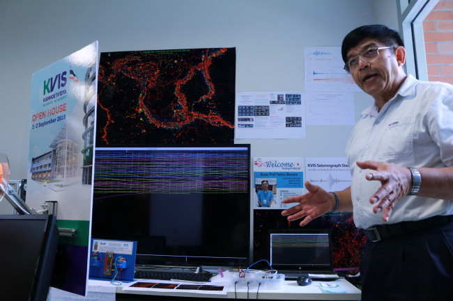 Thanit Pewnim, an associate professor at KVIS, showcases a seismic monitoring machine inside a KVIS laboratory. (Son Ji-hyoung/The Korea Herald)