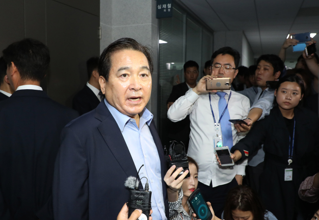 Rep. Shim Jae-cheol of the ruling conservative Liberty Korea Party protests against the prosecution's seizure of his office on Friday. (Yonhap)