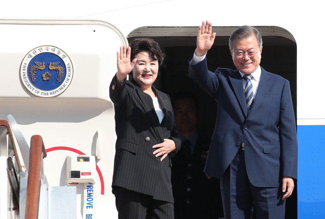 President Moon Jae-in and First Lade Kim Jung-sook on Sunday board the plane headed for New York, starting their five-day trip. (Yonhap)
