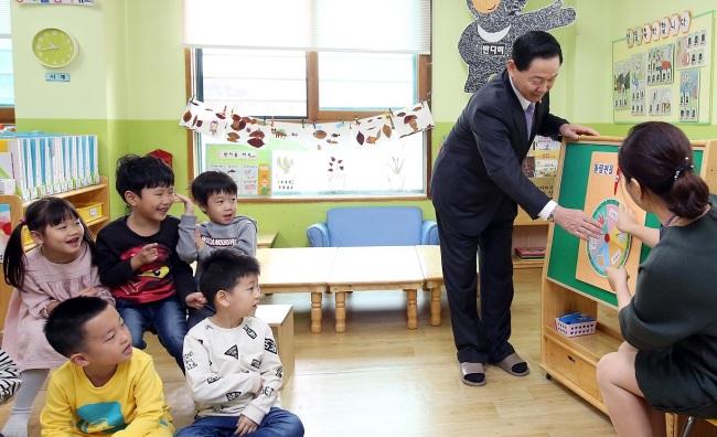 South Korean children attend a kindergarten class in Seoul (Yonhap)