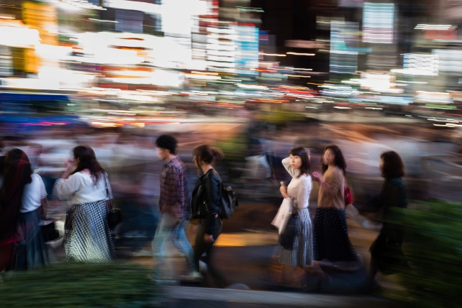 People walk in the streets of Shinjuku district of Tokyo (Yonhap)