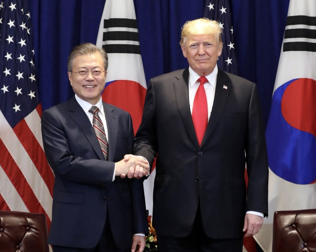South Korean President Moon Jae-in (left) and US President Donald Trump shake hands in New York on Monday. (Yonhap)