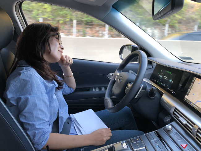 Korea Herald staff reporter Cho Chung-un takes her hands off Nexo's steering wheel while cruising at 110 kilometers per hour on the highway drive-assist system, a semiautonomous technology that the hydrogen vehicle offers. (Lim Jeong-yo/The Korea Herald)