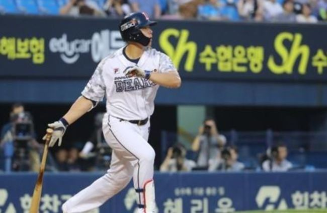 In this file photo from June 8, Kim Jae-hwan of the Doosan Bears watches his two-run home run against the NC Dinos in the bottom of the fourth inning of a Korea Baseball Organization regular season game at Jamsil Stadium in Seoul. (Yonhap)