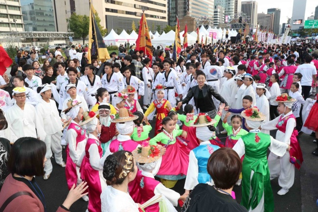 Participants enjoy Seoul Arirang Festival at Gwanghwamun Plaza in central Seoul last year. (Seoul Arirang Festival)