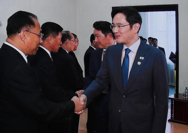 Samsung Electronics vice-chairman Lee Jae-yong shakes hands with North Korean Deputy Prime Minister Ri Yong-nam. Yonhap