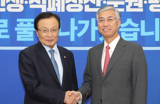 Lee Hae-chan (L), chairman of South Korea`s ruling Democratic Party, shakes hands with Chinese Ambassador to Seoul Qiu Guohong at DP headquarters in Seoul on Sept. 28, 2018. (Yonhap)