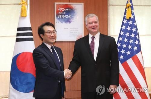 This file photo taken on Sept. 11, 2018, shows South Korea's top nuclear envoy Lee Do-hoon (L) shakings hands with US Special Representative for North Korea Stephen Biegun ahead of their talks in Seoul. (Yonhap)