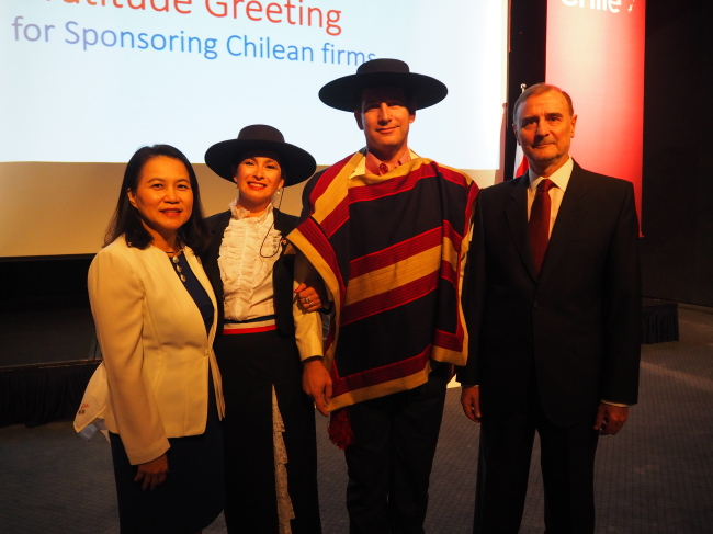 Chilean Ambassador to Korea Fernando Danus (right), Korean Deputy Minister for Trade Negotiations Yoo Myung-hee (left) and Chilean dancers pose at Chile's National Day reception at Grand Hyatt Seoul on Sept. 18. (Joel Lee/The Korea Herald)