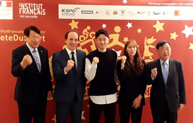 French Ambassador to Korea Fabien Penone (second from left) poses with participants at the Sports Festival's concluding reception at the embassy on Friday.(French Embassy)