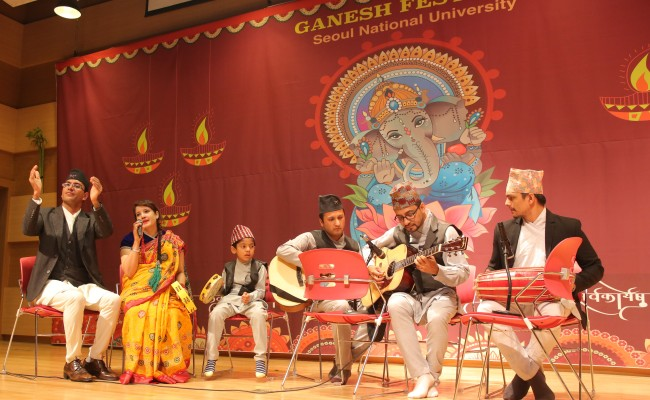 Participants perform traditional music at the Ganesh Chaturthi festival at Seoul National University on Sept. 16. (Rohidas Arote)