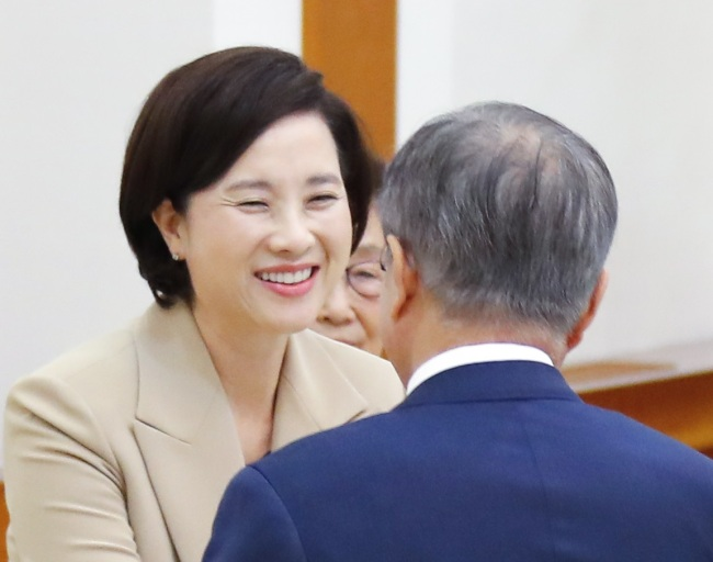 Newly-appointed Education Minister Yoo Eun-hae smiles after being appointed by President Moon Jae-in (right) at Cheong Wa Dae on Tuesday. (Yonhap)