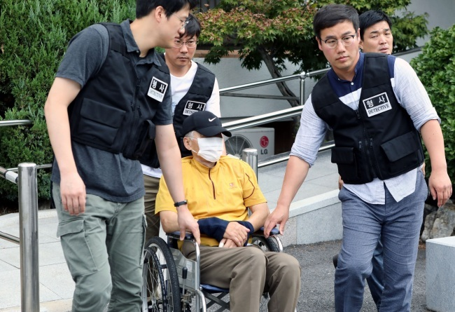 A 77-year-old man accused of killing two civil servants in Bonghwa, North Gyeongsang Province, arrives at Daegu District Court on Aug. 23. (Yonhap)