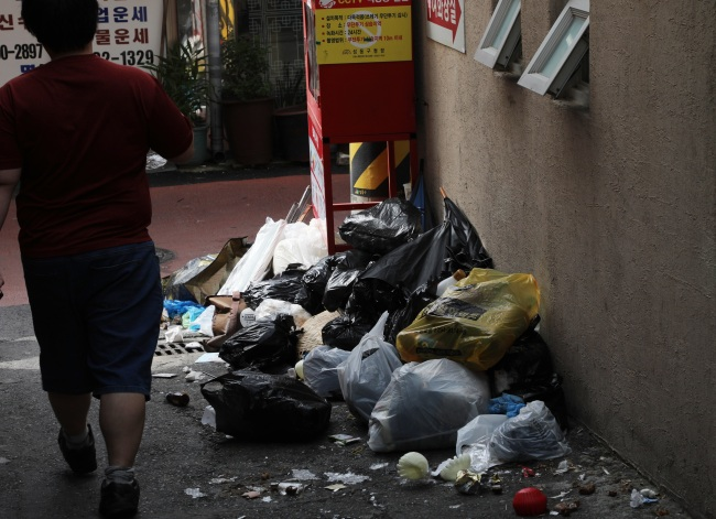 Trash is piled up in the street near an outdoor market in Seoul on Sept. 26, the last day of the Chuseok holidays. (Yonhap)