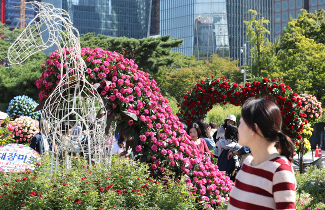 Rose tunnels are on display at Seoul Garden Show at Yeouido Park, Wednesday. (Yonhap)