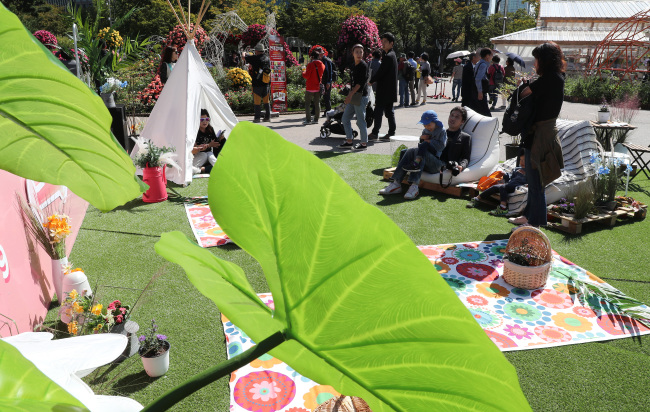 Visitors enjoy a fall picnic at Seoul Garden Show at Yeouido Park, Wednesday. (Yonhap)