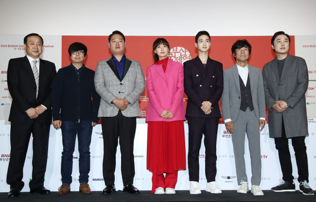 """From left: Jay Jeon, director of BIFF, Yun Jero, director of """"Beautiful Days,"""" and the cast of the film pose for a photo during a press conference at the festival in Busan on Thursday. (Yonhap)"""