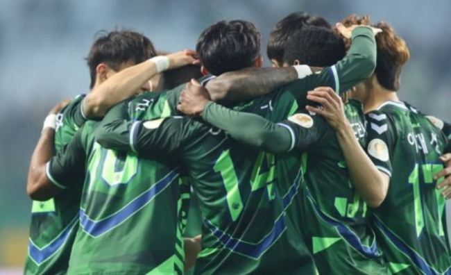 This file photo taken on May 2, shows Jeonbuk Hyundai Motors players celebrating a goal against Daegu FC in their K League 1 match at Jeonju World Cup Stadium in Jeonju, North Jeolla Province. (Yonhap)