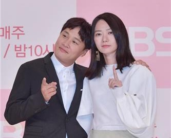 Actors Cha Tae-hyun and Bae Doo-na pose for photos at a media event held Friday at Times Square, a shopping center in Yeongdeungpo, Seoul. (Yonhap)