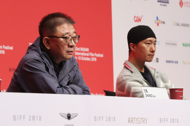 "Director Zhang Lu (left) and actor Park Hae-il attend a press conference for ""Ode to the Goose"" at the Busan International Film Festival on Friday. (Yonhap)"