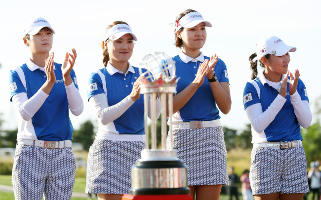South Korea's golf players celebrate after they win the UL International Crown tournament at Jack Nicklaus Golf Club in Incheon on Sunday. From left: Park Sung-hyun, joined by Kim In-kyung, Chun In-gee and Ryu So-yeon. Park didn't play. (Yonhap)
