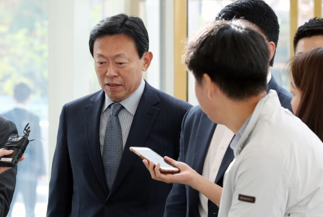 Lotte Group Chairman Shin Dong-bin arrives at Lotte World Tower on his first day back on Monday after eight months behind bars. (Yonhap)