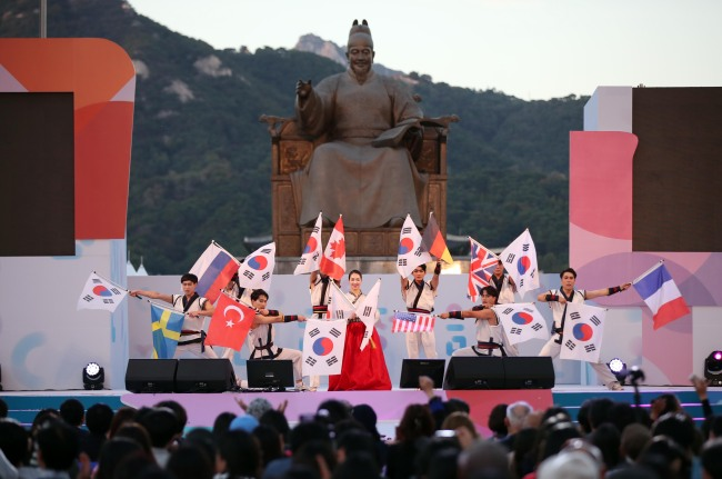 Artists performaing marrtial arts on stage during the official ceremony of Hangeul Day in front of Sejong statue in Gwanghwamun. (Yonhap)