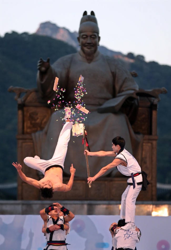 Artists performaing martial arts on stage during the official ceremony of Hangeul Day in front of Sejong statue in Gwanghwamun. (Yonhap)