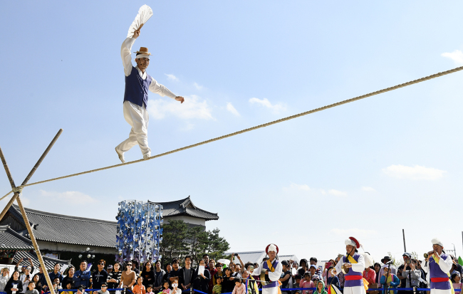 South Koreans are watching a man balancing on a rope in air during the King Sejong Festival held in Yeoju to celebrate Hangeul Day.(Yonhap)