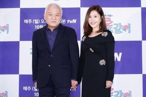 "Kim Han-gil and his wife, actress Choi Myoung-kil, pose for photos at a press event held to promote tvN reality show ""Apart Together"" on Oct. 1. (tvN)"