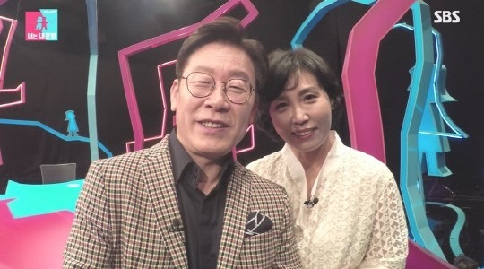 "Screenshot of Gyeonggi Province Gov. Lee Jae-myung and his wife on SBS' ""Same Bed, Different Dreams"" (SBS)"