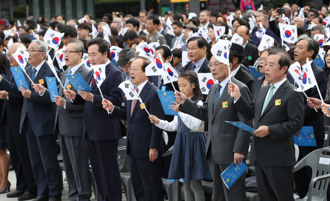 South Korean Prime Minister Lee Nak-yon stands in the front row, fourth from left, singing. (Yonhap)
