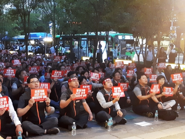 Korea Finance and Service Workers' Union holds a sit-in in front of KRX Seoul office on Sept. 13. (Son Ji-hyoung/The Korea Herald)