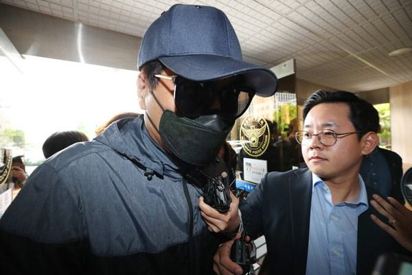 Mapo police officers arrest photographer Choi on allegations that he leaked explicit photos of Yang. (Yonhap)