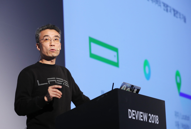 Naver CTO Song Chang-hyun delivers a keynote speech at Deview 2018 at Coex in southern Seoul, Thursday (Yonhap)